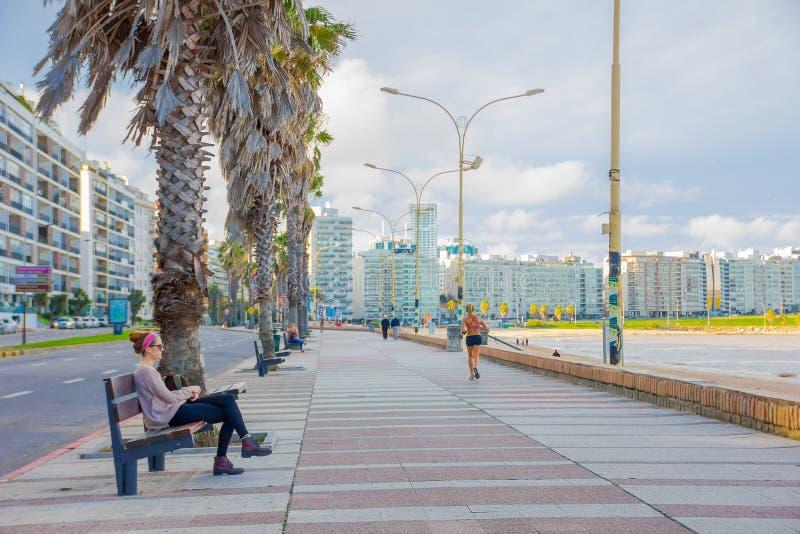 MONTEVIDEO URUGUAY - MAJ 04, 2016: folk som tycker om eftermiddagen på brädekusten med staden som bakgrund royaltyfri fotografi