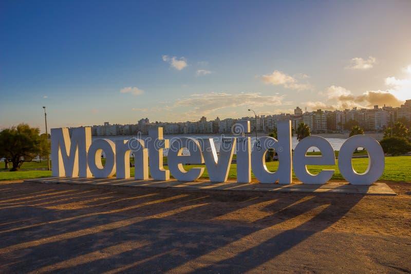 MONTEVIDEO URUGUAY - MAJ 04, 2016: ljust gå för trevlig solnedgång till och med den montevideo signalen som lokaliseras i la ramb arkivfoto