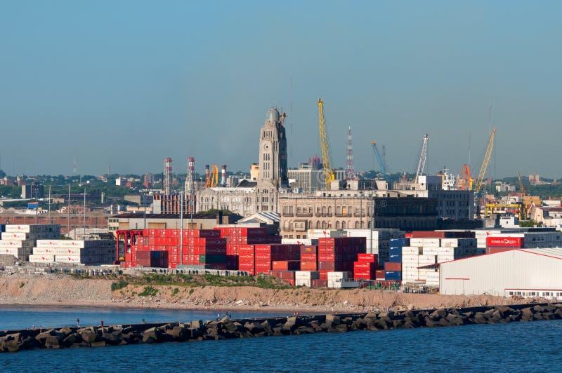 Montevideocityscape från portområde royaltyfri bild