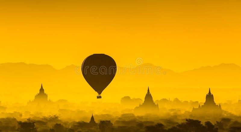 Montez en ballon au-dessus de la plaine de Bagan dans le matin brumeux, Myanmar image libre de droits