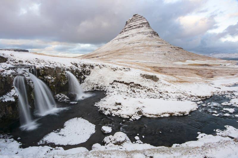 Montez Kirkjufell sous une couche mince de neige pendant l'hiver photo libre de droits