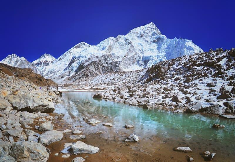 Montez la vue de vue de Nuptse et de paysage de montagne dans le parc national de Sagarmatha photographie stock