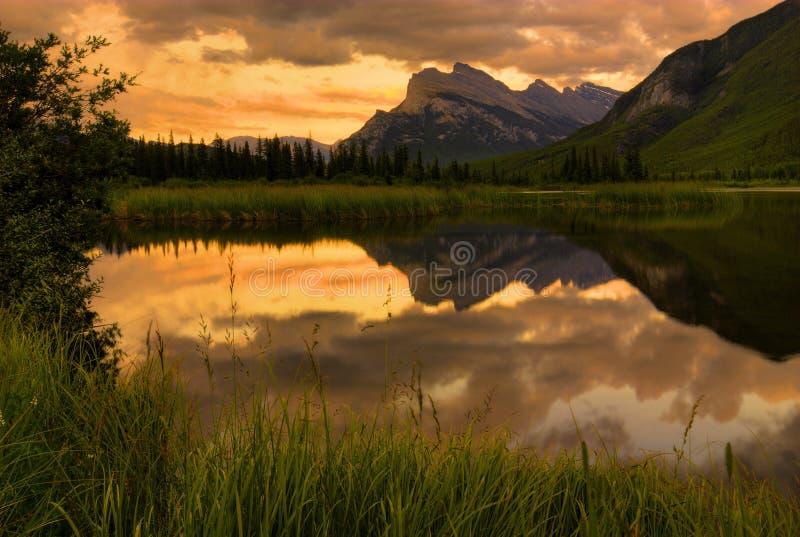 Montez le coucher du soleil de Rundle   photographie stock libre de droits