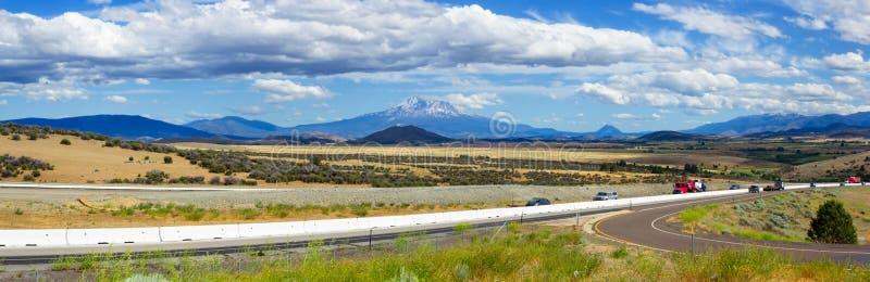 Montez Le Panorama De Vallée De Shasta, La Californie Du Nord, Etats-Unis Photos stock