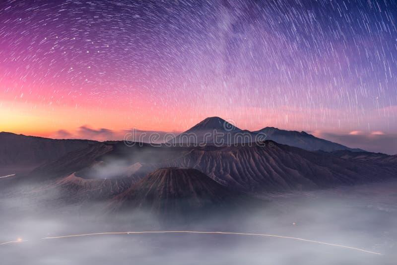 Montez le volcan actif, Batok, Bromo, Semeru avec étoilé et embrumez a images libres de droits