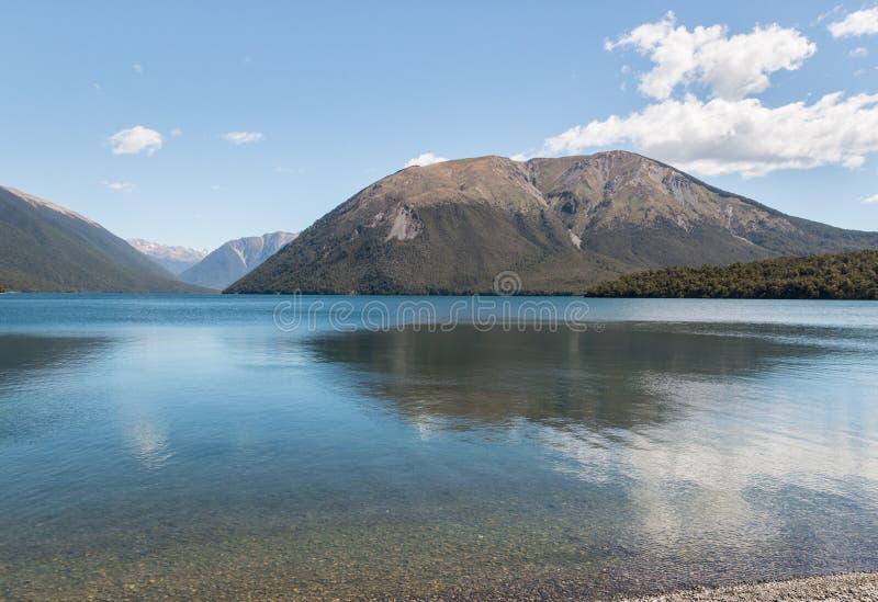 Montez Robert se reflétant dans le lac Rotoiti, Nouvelle-Zélande photo libre de droits