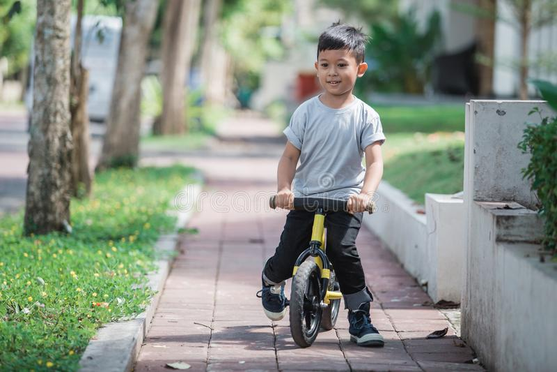 Montez un vélo utilisant la bicyclette de poussée ou d'équilibre photographie stock libre de droits