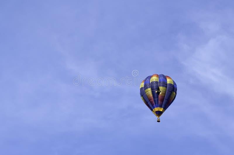 Montgolfière dans le ciel photo stock