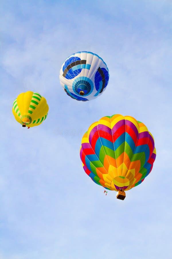 Montgolfières colorées volant au-dessus de la montagne photos libres de droits