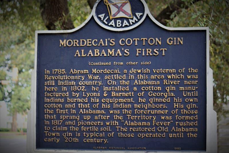Montgomery AL/Förenta staterna - April 15 2019: Ett tecken för Mordecais bomullsrensningsmaskin markerar ett stycke av historia i arkivfoto