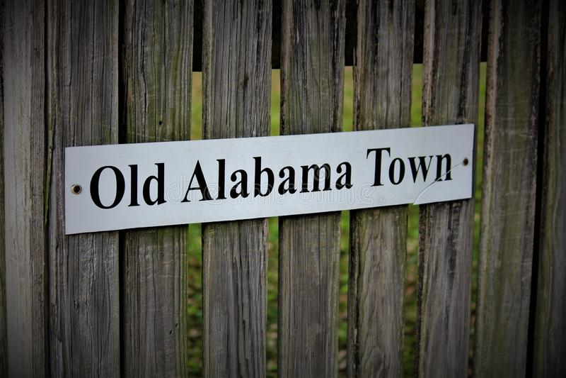 Montgomery, AL/Stati Uniti - 15 aprile 2019: Segno per la vecchia città dell'Alabama immagine stock libera da diritti