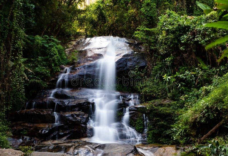 Montha长的曝光比瀑布在清迈泰国密林  库存图片