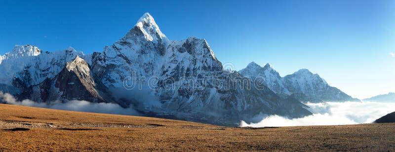 Monti Ama Dablam sul modo al campo base dell'Everest fotografia stock