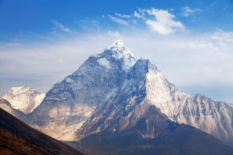 Monti Ama Dablam sul modo al campo base dell'Everest immagine stock