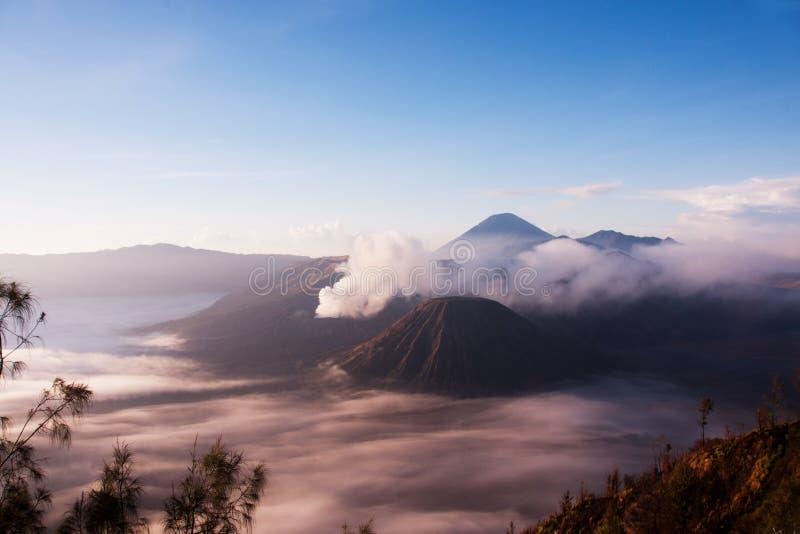 Monti Bromo circondato da foschia, un vulcano attivo in East Java, Indonesia fotografia stock