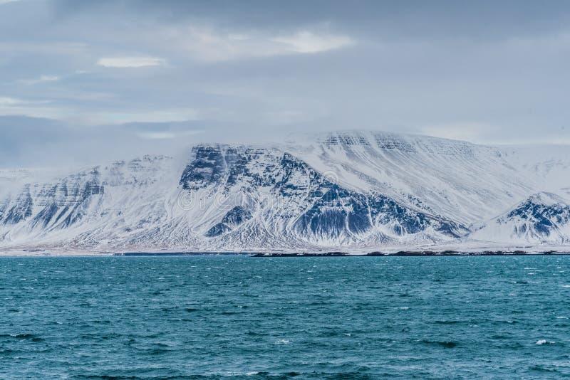 Monti Esja, Reykjavik, Islanda nell'inverno immagini stock libere da diritti