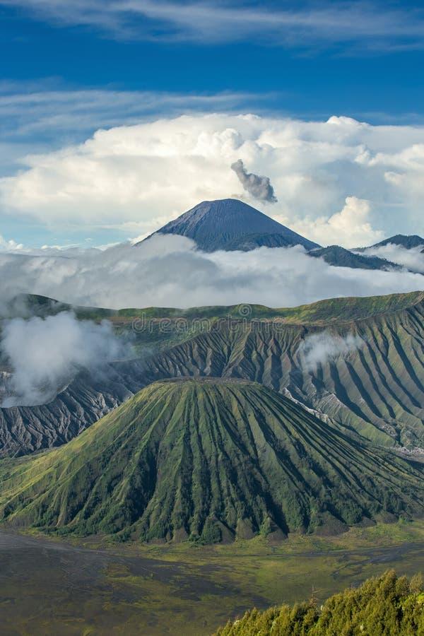 Monti i vulcani di Batok e di Bromo nel cittadino di Bromo Tengger Semeru fotografie stock libere da diritti