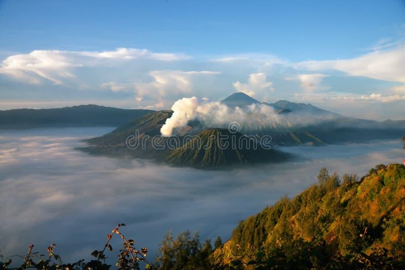 Monti il vulcano di Bromo dal punto di vista sul supporto Penanjakan immagine stock