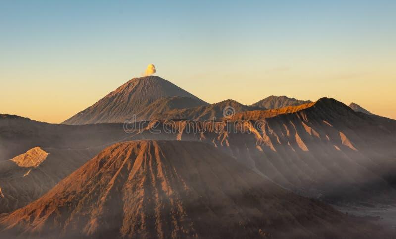Monti il vulcano di Bromo durante l'ora dorata al parco nazionale di Bromo Tengger Semeru, East Java, Indonesia fotografia stock libera da diritti