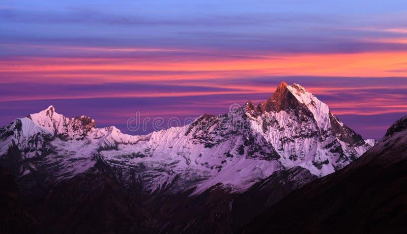 Monti la vista di Machapuchare dal campo base di Annapurna, Nepal immagine stock