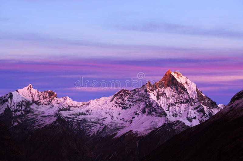 Monti la vista di Machapuchare dal campo base di Annapurna, Nepal fotografie stock
