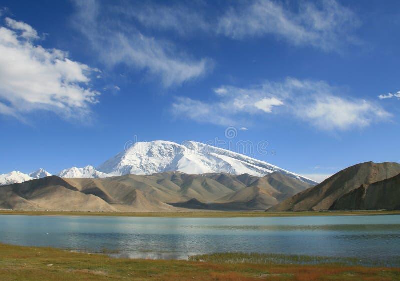 Monti Muztag Ata, il padre delle montagne di ghiaccio e del lago karakul fotografie stock libere da diritti