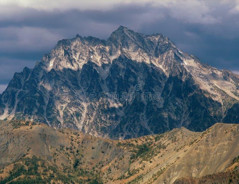 Monti Stuart dalla sommità della montagna di Koppen, la foresta nazionale di Okanogan-Wenatchee, la gamma della cascata, Washingt immagine stock
