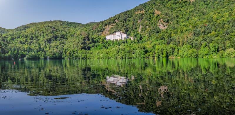 Monticchiomeer met beroemd Abdij en Monte Vulture, Basilicata, Italië royalty-vrije stock afbeelding