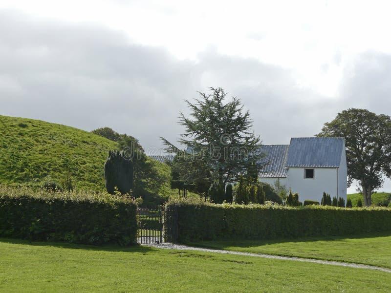 Monticelli e chiesa di sepoltura nella gelificazione in Danimarca fotografie stock libere da diritti