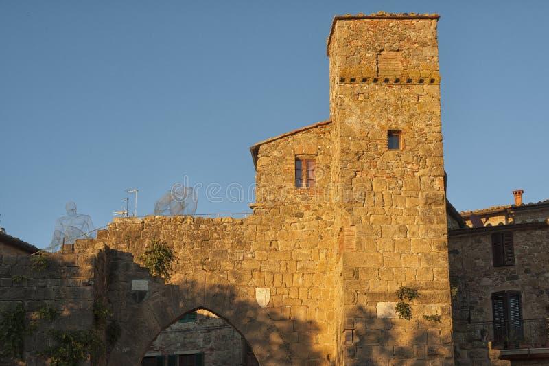 Montichiello - l'Italia, il 29 ottobre 2016: Via calma in Montichiello, Toscana con le finestre con le imposte tipiche e le vie p immagini stock