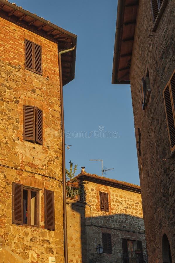 Montichiello - l'Italia, il 29 ottobre 2016: Via calma in Montichiello, Toscana con le finestre con le imposte tipiche e le vie p fotografie stock libere da diritti