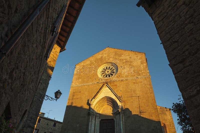 Montichiello - l'Italie, le 29 octobre 2016 : Rue tranquille dans Montichiello, Toscane avec les fenêtres à volets typiques et le image stock
