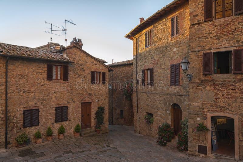 Montichiello - l'Italie, le 29 octobre 2016 : Rue tranquille dans Montichiello, Toscane avec les fenêtres à volets typiques et le photos stock