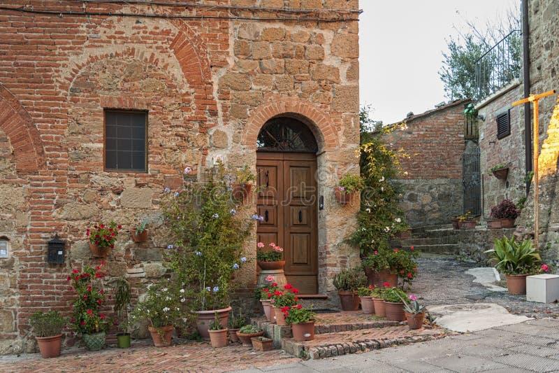 Montichiello - l'Italie, le 29 octobre 2016 : Rue tranquille dans Montichiello, Toscane avec les fenêtres à volets typiques et le images libres de droits