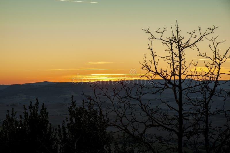 Montichiello - la Toscana/Italia: 29 ottobre 2017: Tramonto in Monticchiello, ` Orcia Toscana di Val d fotografia stock