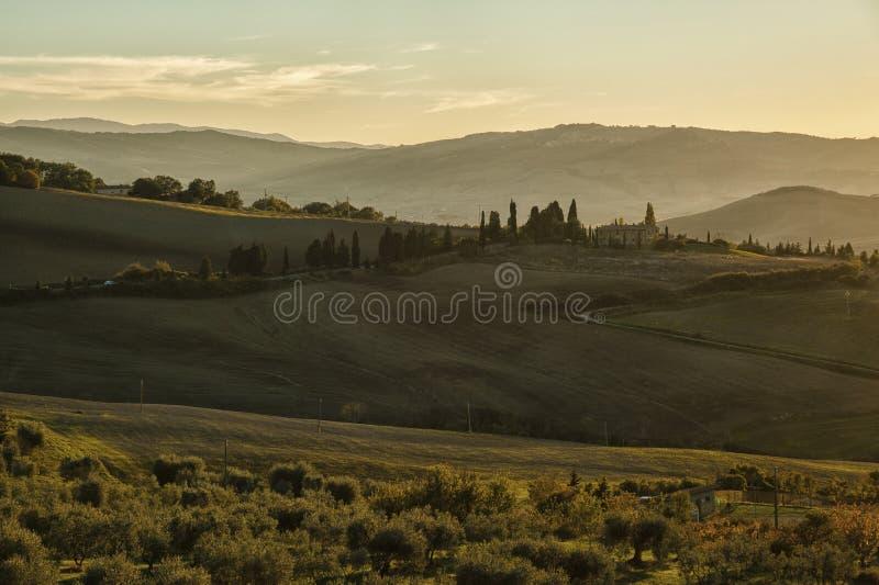 Montichiello - la Toscane/Italie : Le 29 octobre 2017 : Route rayée par Cypress d'enroulement dans Monticchiello photo libre de droits