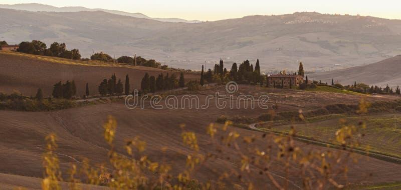 Montichiello - la Toscane/Italie : Le 29 octobre 2017 : Route rayée par Cypress d'enroulement dans Monticchiello photo stock
