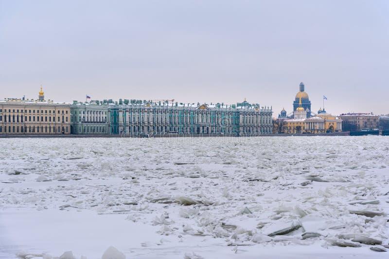 Monticule de glace sur Neva River congelé dans le St Petersbourg Russie image libre de droits