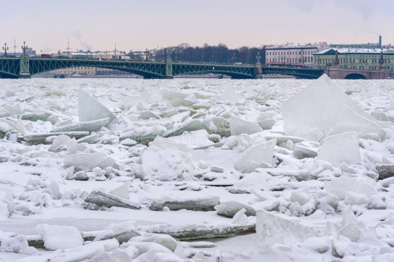 Monticule de glace sur Neva River congelé dans le St Petersbourg Russie images stock