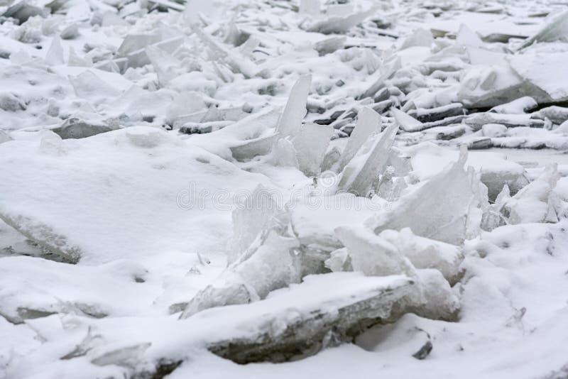 Monticule de glace sur Neva River congelé dans le St Petersbourg Russie photos stock