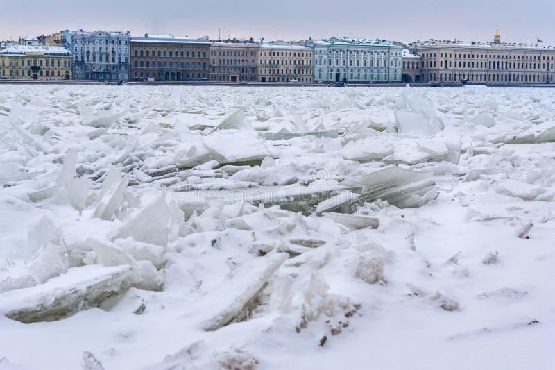 Monticule de glace sur Neva River congelé dans le St Petersbourg Russie photo libre de droits