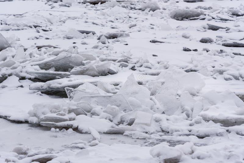 Monticule de glace sur Neva River congelé dans le St Petersbourg Russie photos libres de droits