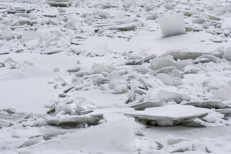 Monticule de glace sur Neva River congelé dans le St Petersbourg Russie photo stock