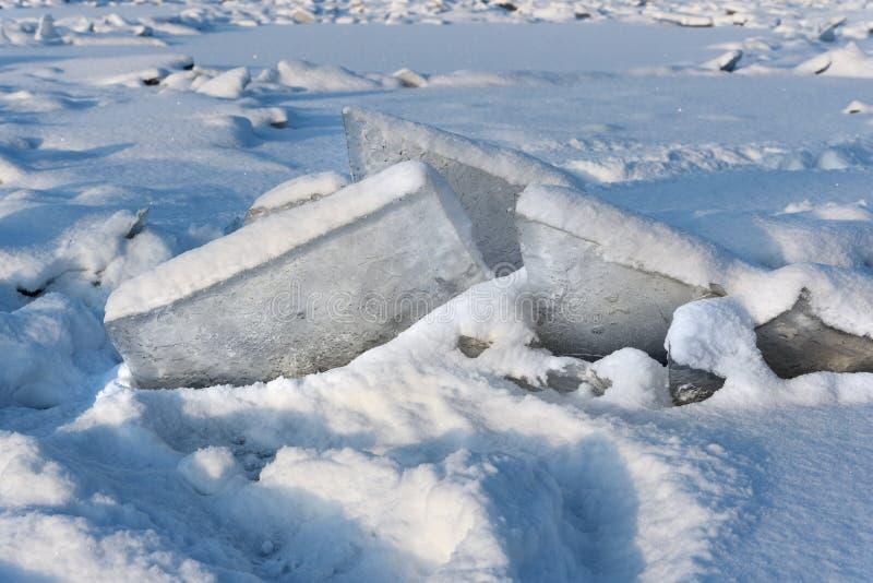 Monticule de glace sur Neva River congelé dans le St Petersbourg Russie image stock
