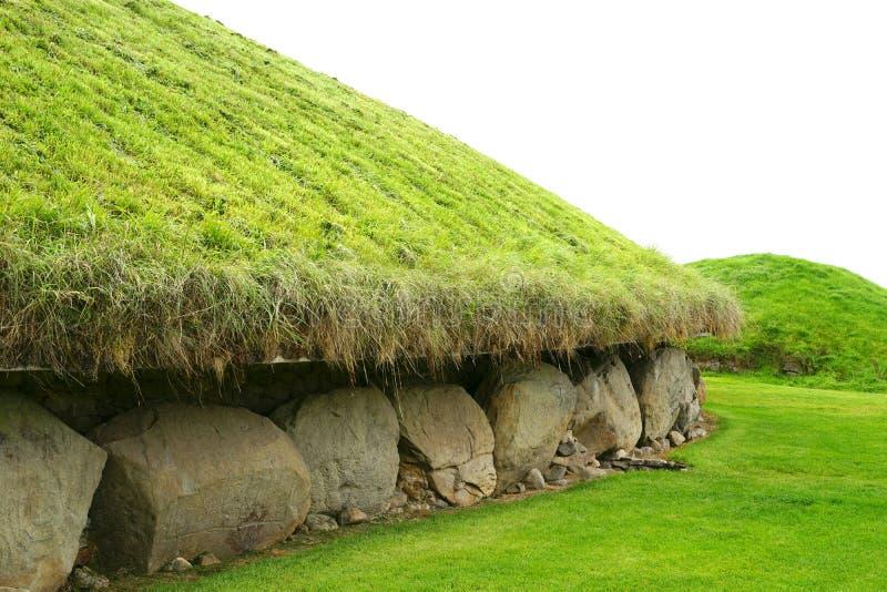 Monticule en pierre massif avec les découpages préhistoriques photographie stock libre de droits