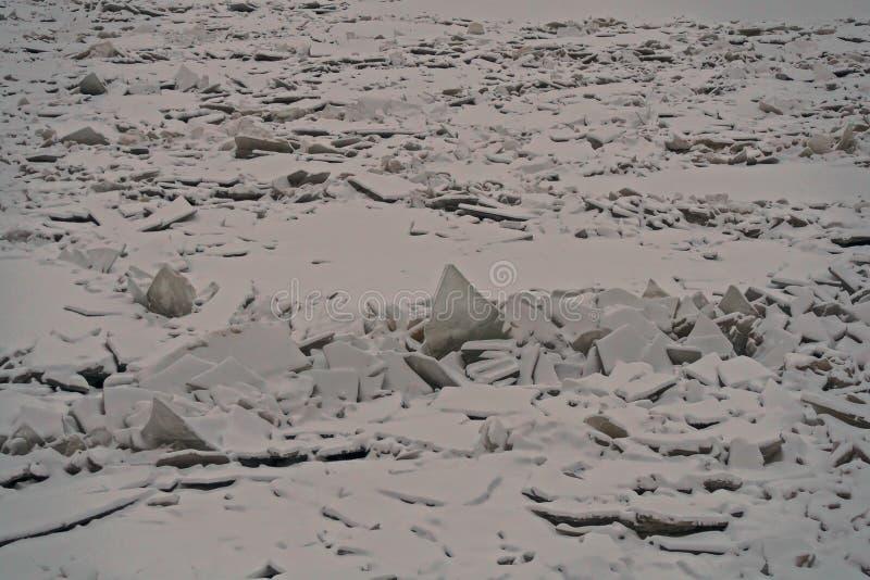 Monticules de glace sur la rivière de Neva photos stock