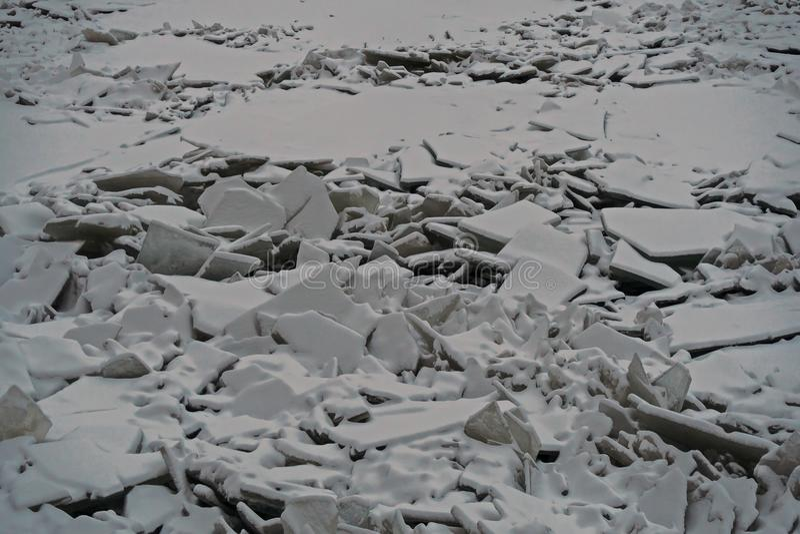 Monticules de glace sur la rivière de Neva images stock