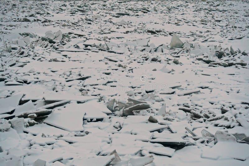 Monticules de glace sur la rivière de Neva 2 photographie stock