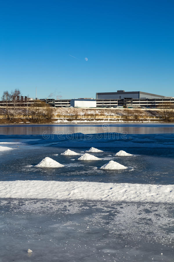 Monticules de neige sur la rivière congelée image libre de droits