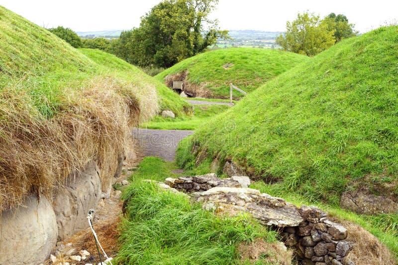 Monticules mégalithiques de tombe de passage de Newgrange images libres de droits